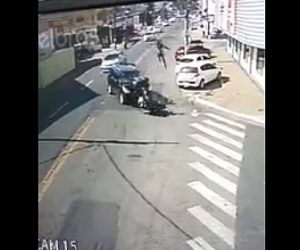 【動画】猛スピードのバイクが左折するSUV車と正面衝突しバイクライダーが宙を舞う衝撃事故映像