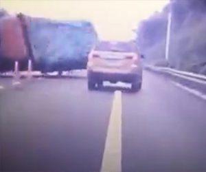 【動画】反対車線のダンプカーがコントロールを失い、横転しながら突っ込んで来る衝撃事故映像