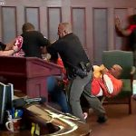 【動画】娘を殺された家族が法廷で殺人犯に殴りかかる衝撃映像