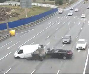 【動画】高速道路で停車している車に後続車が猛スピードで突っ込む衝撃事故