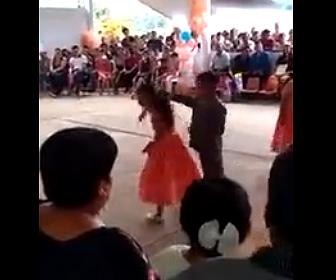 【動画】ダンスの発表会でペアで踊る少女と少年が喧嘩をしてしまう