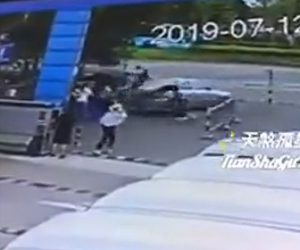 【動画】車がバックで暴走。大勢の人達に突っ込んでしまう衝撃映像