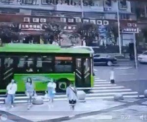 【動画】横断歩道を渡ろうとするが諦めて戻る男性がバスに撥ね飛ばされてしまう衝撃事故映像