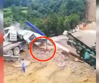 【動画】巨大な重機を吊り上げるクレーンが倒れクレーンオペレーターが必死に逃げる衝撃映像