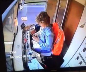 【動画】路面電車の女性運転手がスマートフォンに夢中になり電車が脱線してしまう衝撃事故映像