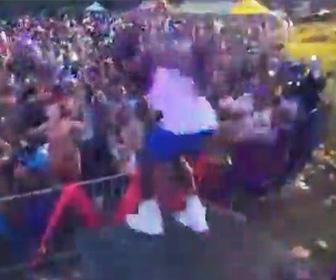 【動画】コンサートでアーティストが観客にダイブするが足場が滑り柵に突っ込んでしまう衝撃映像
