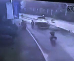 【動画】道を走るSUV車のタイヤが空いたマンホールに突っ込んでしまい…