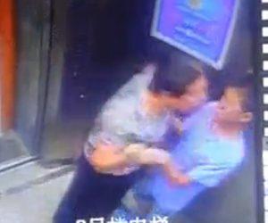 【動画】エレベーター内でお婆さんが少年に襲いかかる衝撃映像