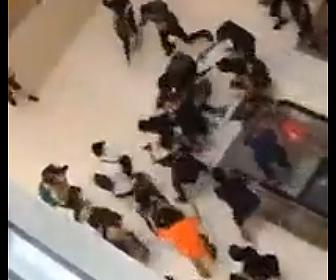 【動画】エスカレーターから警察官を蹴り落としボッコボコにする香港のデモ隊がヤバい