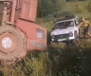 【動画】坂道を登れない車をトラクターで引っ張るがトラクターがひっくり返ってしまう衝撃映像