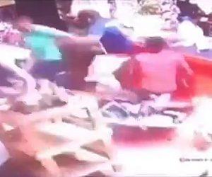 【動画】猛スピードのバイクが店に突っ込みカウンターに激突する衝撃映像