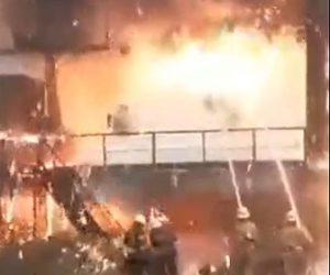 【動画】ウクライナの製鉄所で2000トンの溶鉄が流れ出し必死に消火活動する衝撃映像