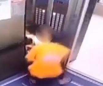 【動画】男がエレベーター内にいる少女を誘拐する衝撃映像