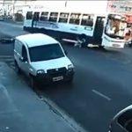 【動画】息子とバイクに2人乗りする母親がバイクから落下しバスに轢かれてしまう