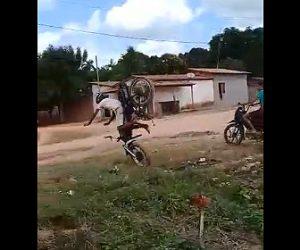 【動画】男性がバイクでジャンプするが着地失敗し豪快に転倒してしまう