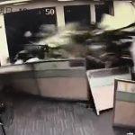 【動画】女性ドライバーが運転する車が猛スピードでオフィスに突っ込んで来る衝撃映像