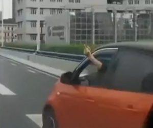【動画】中指を立て追い越してきた車が前を走るバンに突っ込む衝撃映像