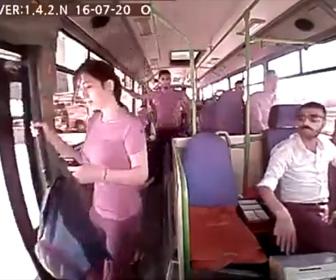 【動画】若い女性がまだ動いているバスから降りてしまいバスの後輪に轢かれてしまう衝撃映像