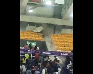 【動画】バレーボールの試合中、アリーナの屋根が崩壊し雨水が大量に流れてくる衝撃映像
