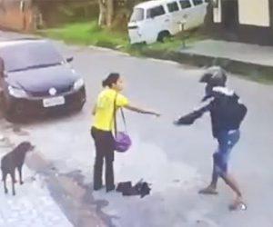 【動画】道を歩く女性が銃を持った強盗に襲われるが目の前で停車していた車から警察官が…