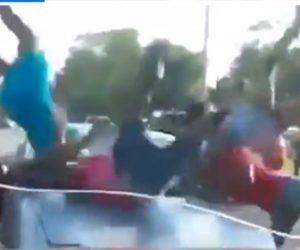 【動画】言い争いをする女性グループに猛スピードの車が突っ込んでくる衝撃映像