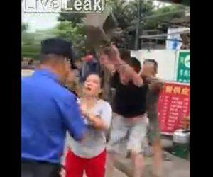 【動画】警察官と言い争いする男がコンクリートブロックを警察官の頭に投げつける衝撃映像