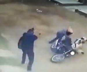 【動画】バイクに乗った強盗2人が男性を襲うが男性すぐさま銃で反撃