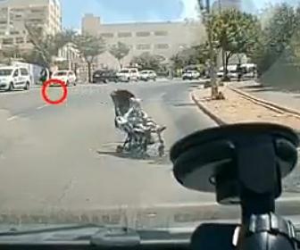 【動画】ベビーカーが母親の手を離れ、猛スピードで道を横断してくる衝撃映像