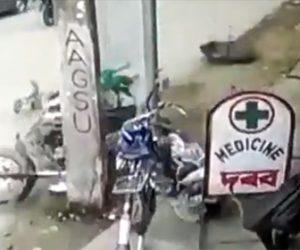 【動画】2人乗りバイクが猛スピードで女性に突っ込みポールに激突してしまう衝撃事故映像