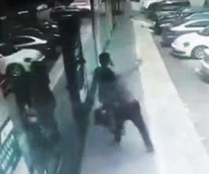 【動画】電話中の女性を後ろから殴るヤバすぎる男