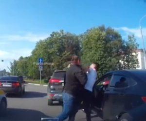 【動画】ロードレイジで激しい殴り合い。進路を塞がれ2人運転手が車道で殴り合う衝撃映像