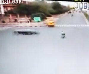 【動画】交差点を走るバイクが猛スピードの車にはね飛ばされライダーが宙を舞う衝撃事故