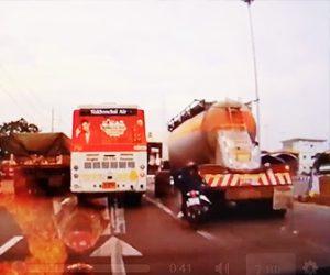 【動画】バイクが無理に追い越しをしようとし右折待ちのトラックに激突。後続車にもはね飛ばされる