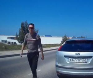 【動画】ロードレイジで車から降りてきた男に催涙スプレーで反撃する衝撃映像