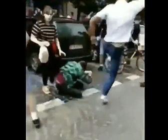 【動画】フーリガンがゲイパレード参加者に襲いかかる衝撃映像