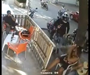 【動画】銃を持った強盗が女性の携帯電話を奪い他の女性が取り返そうとするが…