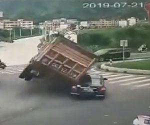 【動画】左折する車に後ろからダンプカーが突っ込み横転。車を押し潰してし合う衝撃映像