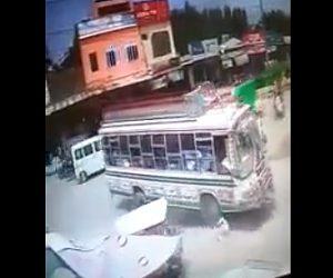 【動画】道を歩いている男性が後ろからバスに轢かれてしまう衝撃事故映像