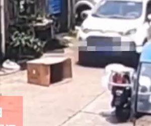 【動画】少女がダンボールの中で遊んでいるがその上をsuv車が通ってしまう衝撃事故映像