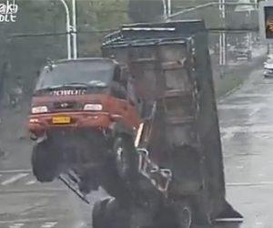 【動画】ダンプカーが荷台を上げたまま走ってしまい電線に引っかかる衝撃映像