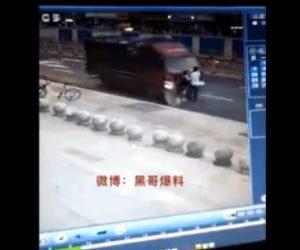 【動画】車道で写真を撮っている所に大型トラックが突っ込んで来る衝撃事故映像