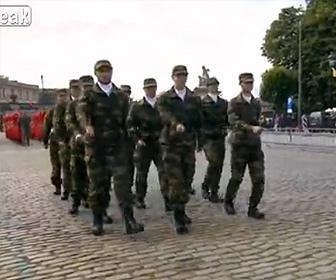 【動画】パレードを歩く防衛士官候補生達の歩き方が酷すぎる