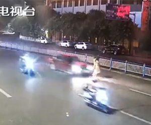 【動画】道を歩いて渡る女性2人が猛スピード車にはね飛ばされてしまう衝撃事故映像
