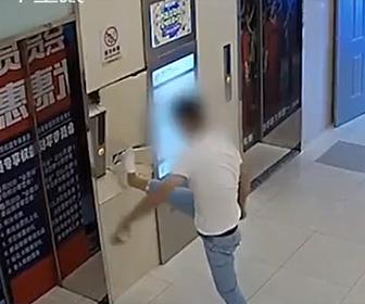 【動画】男はエレベーターのボタンに飛び蹴りし壁を破壊してしまう
