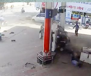【動画】バイクに接触した車がガソリンスタンドに突っ込んで来る衝撃事故映像