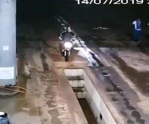 【動画】バイクが車整備の溝(ピット)に気づかず落下してしまう衝撃映像