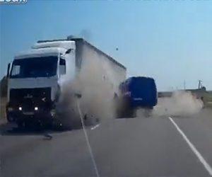 【動画】高速道路で居眠り運転のバンが反対車線のトラックに突っ込んでしまう衝撃事故映像