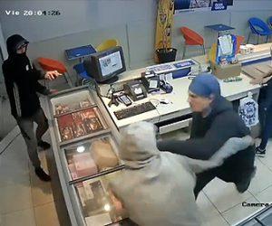 【動画】パン屋に強盗が現れるが店員が必死に素手で抵抗する衝撃映像
