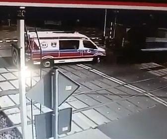 【動画】踏切に閉じ込められた救急車に電車が迫ってくる衝撃映像