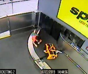 【動画】空港の荷物用コンベアーに男児が巻き込まれてしまう衝撃映像